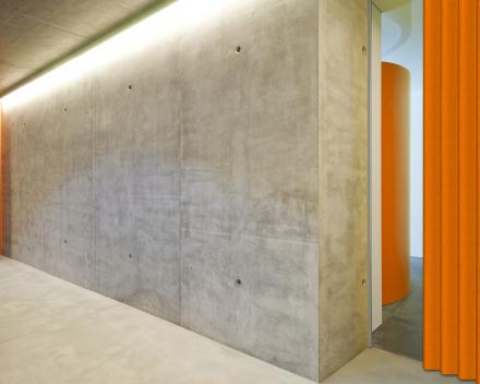 Vouwdeur Aporta in de hal, kleur Orange, 1.2 meter breed, 2.2 meter hoog, vouwdeur in kunstleer