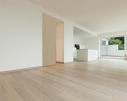 Vouwdeur Aporta in de leefruimte, kleur Papier, 1.5 meter breed, 2.2 meter hoog, vouwdeur in kunstleder