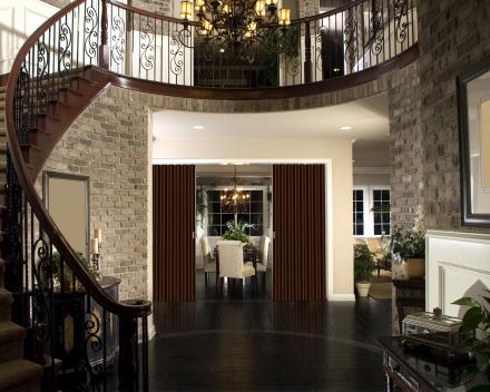 Vouwdeur Aporta in de inkomhal, kleur Western, 3 meter breed, 2 meter hoog, harmonicadeur in kunstleer
