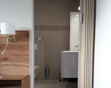 Verdeler Deur & Parket: Vouwdeur geplaatst tussen slaapkamer en badkamer